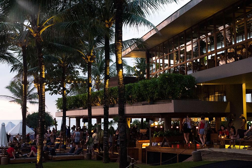 Beach club au coucher du soleil